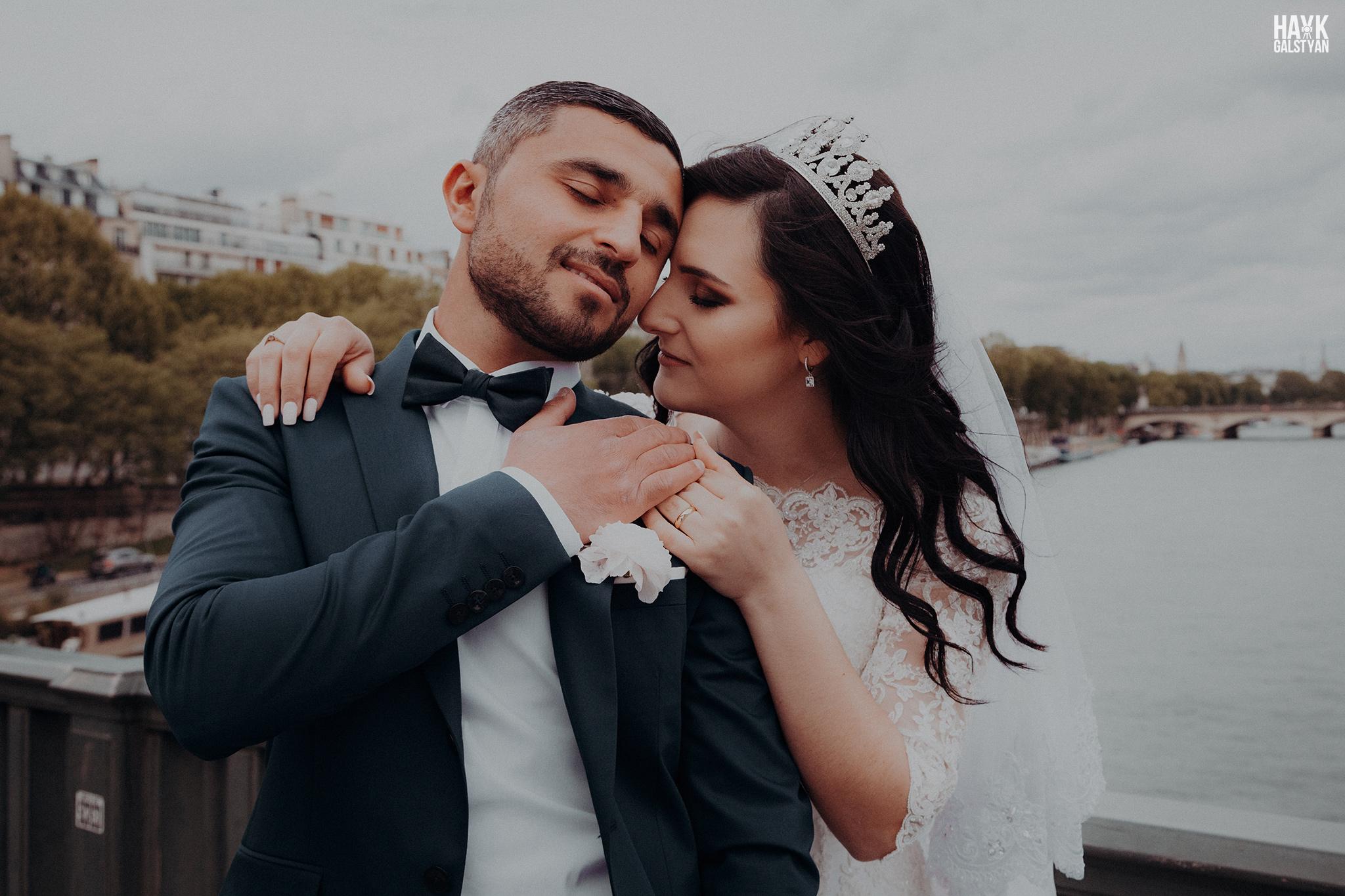 Wedding Photographer in Paris bridge Bir Hakeim